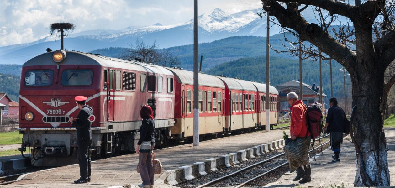 Rhodopenbahn - Ankommender Zug im Bahnhof Beliza
